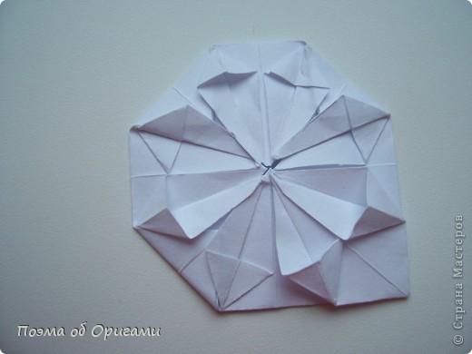 Эту модель я придумала сама специально для наших занятий с детьми накануне Светлого праздника. Несмотря на, возможно, кажущуюся сложность, вся работа состоит из очень известных и простых элементов. Для работы потребуется: - для фигурки ангела  три белых листа обычной офисной бумаги формата А4(из них будем делать квадраты); -  для модели дома два квадрата 20х20 коричневой хозяйственной или пергаментной бумаги.  Знаю, что такую, часто используют на почте. Я ее покупала в строительном супермаркете; - для «звезды Давида» два квадрата 10х10 золотистой бумаги для упаковки подарков и деревянная шпажка, окрашенная в белый цвет. Можно попробовать сделать звезду объемнее. МК здесь: http://stranamasterov.ru/node/4876; - стеклянный прозрачный, довольно закрытый подсвечник (может подойти небольшой стакан) и свеча.    фото 52