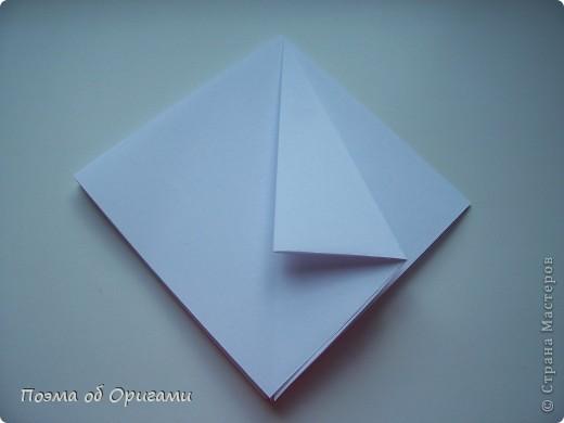 Эту модель я придумала сама специально для наших занятий с детьми накануне Светлого праздника. Несмотря на, возможно, кажущуюся сложность, вся работа состоит из очень известных и простых элементов. Для работы потребуется: - для фигурки ангела  три белых листа обычной офисной бумаги формата А4(из них будем делать квадраты); -  для модели дома два квадрата 20х20 коричневой хозяйственной или пергаментной бумаги.  Знаю, что такую, часто используют на почте. Я ее покупала в строительном супермаркете; - для «звезды Давида» два квадрата 10х10 золотистой бумаги для упаковки подарков и деревянная шпажка, окрашенная в белый цвет. Можно попробовать сделать звезду объемнее. МК здесь: http://stranamasterov.ru/node/4876; - стеклянный прозрачный, довольно закрытый подсвечник (может подойти небольшой стакан) и свеча.    фото 5
