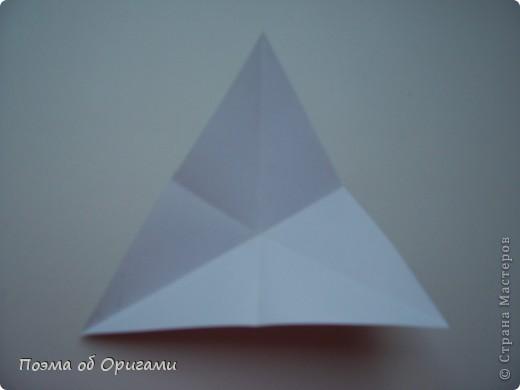 Эту модель я придумала сама специально для наших занятий с детьми накануне Светлого праздника. Несмотря на, возможно, кажущуюся сложность, вся работа состоит из очень известных и простых элементов. Для работы потребуется: - для фигурки ангела  три белых листа обычной офисной бумаги формата А4(из них будем делать квадраты); -  для модели дома два квадрата 20х20 коричневой хозяйственной или пергаментной бумаги.  Знаю, что такую, часто используют на почте. Я ее покупала в строительном супермаркете; - для «звезды Давида» два квадрата 10х10 золотистой бумаги для упаковки подарков и деревянная шпажка, окрашенная в белый цвет. Можно попробовать сделать звезду объемнее. МК здесь: http://stranamasterov.ru/node/4876; - стеклянный прозрачный, довольно закрытый подсвечник (может подойти небольшой стакан) и свеча.    фото 61