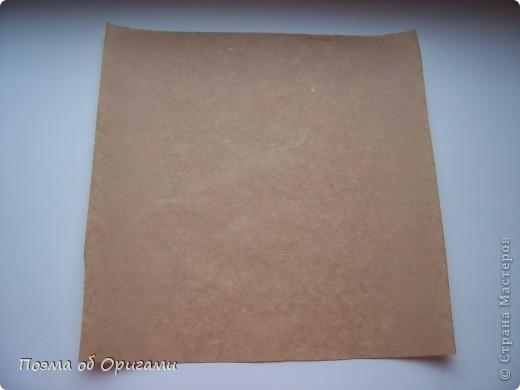 Эту модель я придумала сама специально для наших занятий с детьми накануне Светлого праздника. Несмотря на, возможно, кажущуюся сложность, вся работа состоит из очень известных и простых элементов. Для работы потребуется: - для фигурки ангела  три белых листа обычной офисной бумаги формата А4(из них будем делать квадраты); -  для модели дома два квадрата 20х20 коричневой хозяйственной или пергаментной бумаги.  Знаю, что такую, часто используют на почте. Я ее покупала в строительном супермаркете; - для «звезды Давида» два квадрата 10х10 золотистой бумаги для упаковки подарков и деревянная шпажка, окрашенная в белый цвет. Можно попробовать сделать звезду объемнее. МК здесь: https://stranamasterov.ru/node/4876; - стеклянный прозрачный, довольно закрытый подсвечник (может подойти небольшой стакан) и свеча.    фото 68