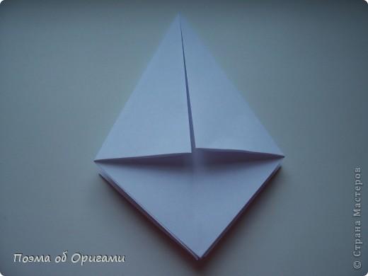 Эту модель я придумала сама специально для наших занятий с детьми накануне Светлого праздника. Несмотря на, возможно, кажущуюся сложность, вся работа состоит из очень известных и простых элементов. Для работы потребуется: - для фигурки ангела  три белых листа обычной офисной бумаги формата А4(из них будем делать квадраты); -  для модели дома два квадрата 20х20 коричневой хозяйственной или пергаментной бумаги.  Знаю, что такую, часто используют на почте. Я ее покупала в строительном супермаркете; - для «звезды Давида» два квадрата 10х10 золотистой бумаги для упаковки подарков и деревянная шпажка, окрашенная в белый цвет. Можно попробовать сделать звезду объемнее. МК здесь: http://stranamasterov.ru/node/4876; - стеклянный прозрачный, довольно закрытый подсвечник (может подойти небольшой стакан) и свеча.    фото 6