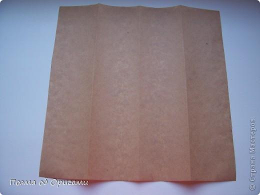 Эту модель я придумала сама специально для наших занятий с детьми накануне Светлого праздника. Несмотря на, возможно, кажущуюся сложность, вся работа состоит из очень известных и простых элементов. Для работы потребуется: - для фигурки ангела  три белых листа обычной офисной бумаги формата А4(из них будем делать квадраты); -  для модели дома два квадрата 20х20 коричневой хозяйственной или пергаментной бумаги.  Знаю, что такую, часто используют на почте. Я ее покупала в строительном супермаркете; - для «звезды Давида» два квадрата 10х10 золотистой бумаги для упаковки подарков и деревянная шпажка, окрашенная в белый цвет. Можно попробовать сделать звезду объемнее. МК здесь: https://stranamasterov.ru/node/4876; - стеклянный прозрачный, довольно закрытый подсвечник (может подойти небольшой стакан) и свеча.    фото 70