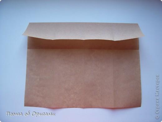 Эту модель я придумала сама специально для наших занятий с детьми накануне Светлого праздника. Несмотря на, возможно, кажущуюся сложность, вся работа состоит из очень известных и простых элементов. Для работы потребуется: - для фигурки ангела  три белых листа обычной офисной бумаги формата А4(из них будем делать квадраты); -  для модели дома два квадрата 20х20 коричневой хозяйственной или пергаментной бумаги.  Знаю, что такую, часто используют на почте. Я ее покупала в строительном супермаркете; - для «звезды Давида» два квадрата 10х10 золотистой бумаги для упаковки подарков и деревянная шпажка, окрашенная в белый цвет. Можно попробовать сделать звезду объемнее. МК здесь: https://stranamasterov.ru/node/4876; - стеклянный прозрачный, довольно закрытый подсвечник (может подойти небольшой стакан) и свеча.    фото 72