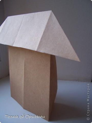 Эту модель я придумала сама специально для наших занятий с детьми накануне Светлого праздника. Несмотря на, возможно, кажущуюся сложность, вся работа состоит из очень известных и простых элементов. Для работы потребуется: - для фигурки ангела  три белых листа обычной офисной бумаги формата А4(из них будем делать квадраты); -  для модели дома два квадрата 20х20 коричневой хозяйственной или пергаментной бумаги.  Знаю, что такую, часто используют на почте. Я ее покупала в строительном супермаркете; - для «звезды Давида» два квадрата 10х10 золотистой бумаги для упаковки подарков и деревянная шпажка, окрашенная в белый цвет. Можно попробовать сделать звезду объемнее. МК здесь: https://stranamasterov.ru/node/4876; - стеклянный прозрачный, довольно закрытый подсвечник (может подойти небольшой стакан) и свеча.    фото 75