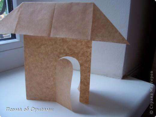 Эту модель я придумала сама специально для наших занятий с детьми накануне Светлого праздника. Несмотря на, возможно, кажущуюся сложность, вся работа состоит из очень известных и простых элементов. Для работы потребуется: - для фигурки ангела  три белых листа обычной офисной бумаги формата А4(из них будем делать квадраты); -  для модели дома два квадрата 20х20 коричневой хозяйственной или пергаментной бумаги.  Знаю, что такую, часто используют на почте. Я ее покупала в строительном супермаркете; - для «звезды Давида» два квадрата 10х10 золотистой бумаги для упаковки подарков и деревянная шпажка, окрашенная в белый цвет. Можно попробовать сделать звезду объемнее. МК здесь: https://stranamasterov.ru/node/4876; - стеклянный прозрачный, довольно закрытый подсвечник (может подойти небольшой стакан) и свеча.    фото 76