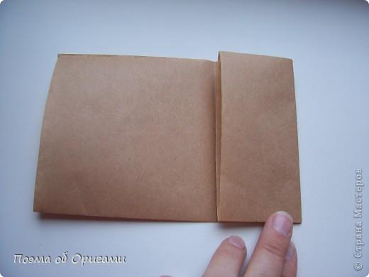 Эту модель я придумала сама специально для наших занятий с детьми накануне Светлого праздника. Несмотря на, возможно, кажущуюся сложность, вся работа состоит из очень известных и простых элементов. Для работы потребуется: - для фигурки ангела  три белых листа обычной офисной бумаги формата А4(из них будем делать квадраты); -  для модели дома два квадрата 20х20 коричневой хозяйственной или пергаментной бумаги.  Знаю, что такую, часто используют на почте. Я ее покупала в строительном супермаркете; - для «звезды Давида» два квадрата 10х10 золотистой бумаги для упаковки подарков и деревянная шпажка, окрашенная в белый цвет. Можно попробовать сделать звезду объемнее. МК здесь: http://stranamasterov.ru/node/4876; - стеклянный прозрачный, довольно закрытый подсвечник (может подойти небольшой стакан) и свеча.    фото 77