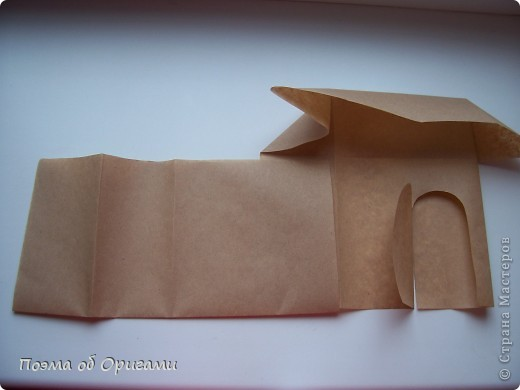 Эту модель я придумала сама специально для наших занятий с детьми накануне Светлого праздника. Несмотря на, возможно, кажущуюся сложность, вся работа состоит из очень известных и простых элементов. Для работы потребуется: - для фигурки ангела  три белых листа обычной офисной бумаги формата А4(из них будем делать квадраты); -  для модели дома два квадрата 20х20 коричневой хозяйственной или пергаментной бумаги.  Знаю, что такую, часто используют на почте. Я ее покупала в строительном супермаркете; - для «звезды Давида» два квадрата 10х10 золотистой бумаги для упаковки подарков и деревянная шпажка, окрашенная в белый цвет. Можно попробовать сделать звезду объемнее. МК здесь: http://stranamasterov.ru/node/4876; - стеклянный прозрачный, довольно закрытый подсвечник (может подойти небольшой стакан) и свеча.    фото 78