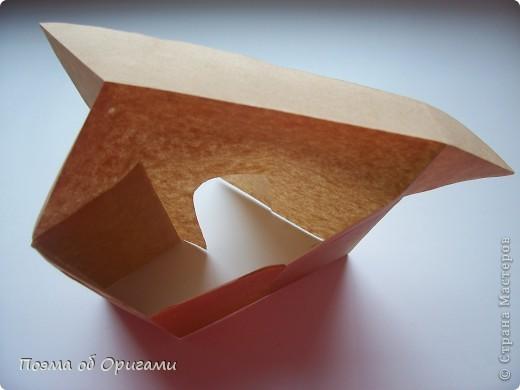 Эту модель я придумала сама специально для наших занятий с детьми накануне Светлого праздника. Несмотря на, возможно, кажущуюся сложность, вся работа состоит из очень известных и простых элементов. Для работы потребуется: - для фигурки ангела  три белых листа обычной офисной бумаги формата А4(из них будем делать квадраты); -  для модели дома два квадрата 20х20 коричневой хозяйственной или пергаментной бумаги.  Знаю, что такую, часто используют на почте. Я ее покупала в строительном супермаркете; - для «звезды Давида» два квадрата 10х10 золотистой бумаги для упаковки подарков и деревянная шпажка, окрашенная в белый цвет. Можно попробовать сделать звезду объемнее. МК здесь: http://stranamasterov.ru/node/4876; - стеклянный прозрачный, довольно закрытый подсвечник (может подойти небольшой стакан) и свеча.    фото 79