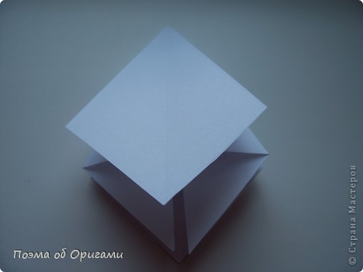 Эту модель я придумала сама специально для наших занятий с детьми накануне Светлого праздника. Несмотря на, возможно, кажущуюся сложность, вся работа состоит из очень известных и простых элементов. Для работы потребуется: - для фигурки ангела  три белых листа обычной офисной бумаги формата А4(из них будем делать квадраты); -  для модели дома два квадрата 20х20 коричневой хозяйственной или пергаментной бумаги.  Знаю, что такую, часто используют на почте. Я ее покупала в строительном супермаркете; - для «звезды Давида» два квадрата 10х10 золотистой бумаги для упаковки подарков и деревянная шпажка, окрашенная в белый цвет. Можно попробовать сделать звезду объемнее. МК здесь: http://stranamasterov.ru/node/4876; - стеклянный прозрачный, довольно закрытый подсвечник (может подойти небольшой стакан) и свеча.    фото 7
