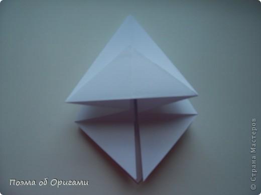 Эту модель я придумала сама специально для наших занятий с детьми накануне Светлого праздника. Несмотря на, возможно, кажущуюся сложность, вся работа состоит из очень известных и простых элементов. Для работы потребуется: - для фигурки ангела  три белых листа обычной офисной бумаги формата А4(из них будем делать квадраты); -  для модели дома два квадрата 20х20 коричневой хозяйственной или пергаментной бумаги.  Знаю, что такую, часто используют на почте. Я ее покупала в строительном супермаркете; - для «звезды Давида» два квадрата 10х10 золотистой бумаги для упаковки подарков и деревянная шпажка, окрашенная в белый цвет. Можно попробовать сделать звезду объемнее. МК здесь: https://stranamasterov.ru/node/4876; - стеклянный прозрачный, довольно закрытый подсвечник (может подойти небольшой стакан) и свеча.    фото 8