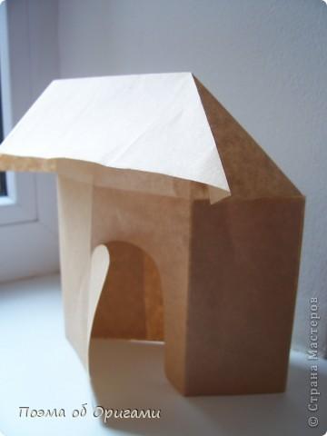 Эту модель я придумала сама специально для наших занятий с детьми накануне Светлого праздника. Несмотря на, возможно, кажущуюся сложность, вся работа состоит из очень известных и простых элементов. Для работы потребуется: - для фигурки ангела  три белых листа обычной офисной бумаги формата А4(из них будем делать квадраты); -  для модели дома два квадрата 20х20 коричневой хозяйственной или пергаментной бумаги.  Знаю, что такую, часто используют на почте. Я ее покупала в строительном супермаркете; - для «звезды Давида» два квадрата 10х10 золотистой бумаги для упаковки подарков и деревянная шпажка, окрашенная в белый цвет. Можно попробовать сделать звезду объемнее. МК здесь: http://stranamasterov.ru/node/4876; - стеклянный прозрачный, довольно закрытый подсвечник (может подойти небольшой стакан) и свеча.    фото 80