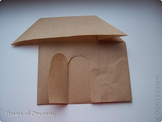 Эту модель я придумала сама специально для наших занятий с детьми накануне Светлого праздника. Несмотря на, возможно, кажущуюся сложность, вся работа состоит из очень известных и простых элементов. Для работы потребуется: - для фигурки ангела  три белых листа обычной офисной бумаги формата А4(из них будем делать квадраты); -  для модели дома два квадрата 20х20 коричневой хозяйственной или пергаментной бумаги.  Знаю, что такую, часто используют на почте. Я ее покупала в строительном супермаркете; - для «звезды Давида» два квадрата 10х10 золотистой бумаги для упаковки подарков и деревянная шпажка, окрашенная в белый цвет. Можно попробовать сделать звезду объемнее. МК здесь: http://stranamasterov.ru/node/4876; - стеклянный прозрачный, довольно закрытый подсвечник (может подойти небольшой стакан) и свеча.    фото 81