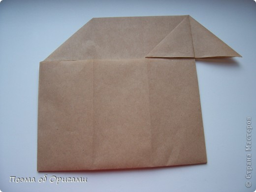 Эту модель я придумала сама специально для наших занятий с детьми накануне Светлого праздника. Несмотря на, возможно, кажущуюся сложность, вся работа состоит из очень известных и простых элементов. Для работы потребуется: - для фигурки ангела  три белых листа обычной офисной бумаги формата А4(из них будем делать квадраты); -  для модели дома два квадрата 20х20 коричневой хозяйственной или пергаментной бумаги.  Знаю, что такую, часто используют на почте. Я ее покупала в строительном супермаркете; - для «звезды Давида» два квадрата 10х10 золотистой бумаги для упаковки подарков и деревянная шпажка, окрашенная в белый цвет. Можно попробовать сделать звезду объемнее. МК здесь: https://stranamasterov.ru/node/4876; - стеклянный прозрачный, довольно закрытый подсвечник (может подойти небольшой стакан) и свеча.    фото 82