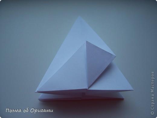 Эту модель я придумала сама специально для наших занятий с детьми накануне Светлого праздника. Несмотря на, возможно, кажущуюся сложность, вся работа состоит из очень известных и простых элементов. Для работы потребуется: - для фигурки ангела  три белых листа обычной офисной бумаги формата А4(из них будем делать квадраты); -  для модели дома два квадрата 20х20 коричневой хозяйственной или пергаментной бумаги.  Знаю, что такую, часто используют на почте. Я ее покупала в строительном супермаркете; - для «звезды Давида» два квадрата 10х10 золотистой бумаги для упаковки подарков и деревянная шпажка, окрашенная в белый цвет. Можно попробовать сделать звезду объемнее. МК здесь: http://stranamasterov.ru/node/4876; - стеклянный прозрачный, довольно закрытый подсвечник (может подойти небольшой стакан) и свеча.    фото 9