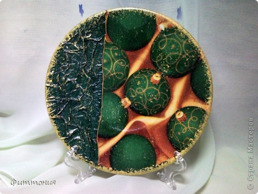 Вот несколько тарелочек на Новогоднюю тему. По размеру эти тарелочки с чайное блюдце. На этой использованы салфетки. Зеленая - самая обычная салфетка уложенная в виде складок. Сверху она покрыта  золотистой акриловой краской как бы почмокала губкой). фото 1