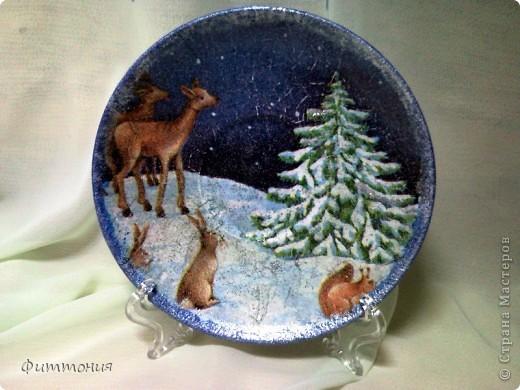 Вот несколько тарелочек на Новогоднюю тему. По размеру эти тарелочки с чайное блюдце. На этой использованы салфетки. Зеленая - самая обычная салфетка уложенная в виде складок. Сверху она покрыта  золотистой акриловой краской как бы почмокала губкой). фото 2