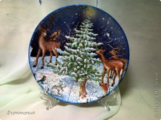 Вот несколько тарелочек на Новогоднюю тему. По размеру эти тарелочки с чайное блюдце. На этой использованы салфетки. Зеленая - самая обычная салфетка уложенная в виде складок. Сверху она покрыта  золотистой акриловой краской как бы почмокала губкой). фото 3