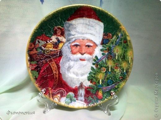 Вот несколько тарелочек на Новогоднюю тему. По размеру эти тарелочки с чайное блюдце. На этой использованы салфетки. Зеленая - самая обычная салфетка уложенная в виде складок. Сверху она покрыта  золотистой акриловой краской как бы почмокала губкой). фото 4