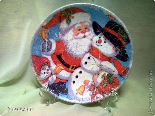 Вот несколько тарелочек на Новогоднюю тему. По размеру эти тарелочки с чайное блюдце. На этой использованы салфетки. Зеленая - самая обычная салфетка уложенная в виде складок. Сверху она покрыта  золотистой акриловой краской как бы почмокала губкой). фото 5