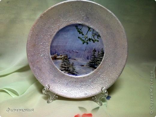 Вот несколько тарелочек на Новогоднюю тему. По размеру эти тарелочки с чайное блюдце. На этой использованы салфетки. Зеленая - самая обычная салфетка уложенная в виде складок. Сверху она покрыта  золотистой акриловой краской как бы почмокала губкой). фото 7