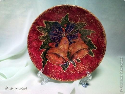 Вот несколько тарелочек на Новогоднюю тему. По размеру эти тарелочки с чайное блюдце. На этой использованы салфетки. Зеленая - самая обычная салфетка уложенная в виде складок. Сверху она покрыта  золотистой акриловой краской как бы почмокала губкой). фото 8