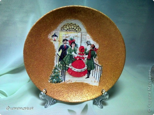 Вот несколько тарелочек на Новогоднюю тему. По размеру эти тарелочки с чайное блюдце. На этой использованы салфетки. Зеленая - самая обычная салфетка уложенная в виде складок. Сверху она покрыта  золотистой акриловой краской как бы почмокала губкой). фото 9