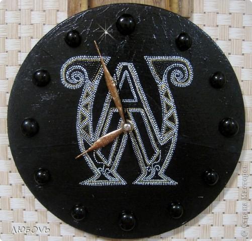 Эти часы были сделаны в подарок мужу.В центре фирменный логотип продукции,которую он реализует. Часы красуются в магазине.
