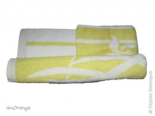 Предлагаю вашему вниманию один из способ упаковки подарочного полотенца. Такие зайцы могут пригодиться по любому поводу: день рождения, Пасха, а особенно в этот Новый год. Складывается просто, а оформить может каждый на свой вкус. Нам понадобятся: полотенце, нитки, ленты или резинки, булавки с цветными головками, резинки для волос, другие материалы для оформления. фото 3