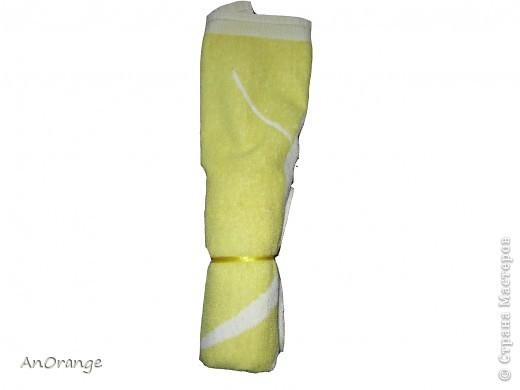 Предлагаю вашему вниманию один из способ упаковки подарочного полотенца. Такие зайцы могут пригодиться по любому поводу: день рождения, Пасха, а особенно в этот Новый год. Складывается просто, а оформить может каждый на свой вкус. Нам понадобятся: полотенце, нитки, ленты или резинки, булавки с цветными головками, резинки для волос, другие материалы для оформления. фото 4