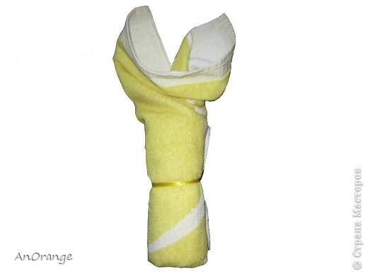 Предлагаю вашему вниманию один из способ упаковки подарочного полотенца. Такие зайцы могут пригодиться по любому поводу: день рождения, Пасха, а особенно в этот Новый год. Складывается просто, а оформить может каждый на свой вкус. Нам понадобятся: полотенце, нитки, ленты или резинки, булавки с цветными головками, резинки для волос, другие материалы для оформления. фото 5