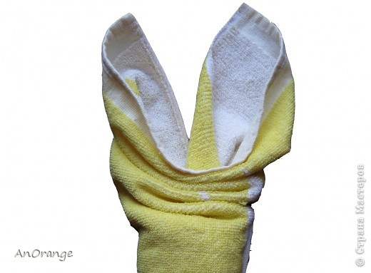 Предлагаю вашему вниманию один из способ упаковки подарочного полотенца. Такие зайцы могут пригодиться по любому поводу: день рождения, Пасха, а особенно в этот Новый год. Складывается просто, а оформить может каждый на свой вкус. Нам понадобятся: полотенце, нитки, ленты или резинки, булавки с цветными головками, резинки для волос, другие материалы для оформления. фото 6