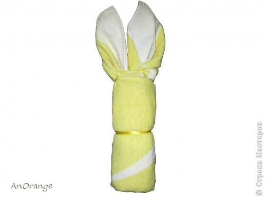 Предлагаю вашему вниманию один из способ упаковки подарочного полотенца. Такие зайцы могут пригодиться по любому поводу: день рождения, Пасха, а особенно в этот Новый год. Складывается просто, а оформить может каждый на свой вкус. Нам понадобятся: полотенце, нитки, ленты или резинки, булавки с цветными головками, резинки для волос, другие материалы для оформления. фото 7