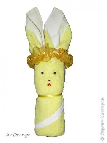 Предлагаю вашему вниманию один из способ упаковки подарочного полотенца. Такие зайцы могут пригодиться по любому поводу: день рождения, Пасха, а особенно в этот Новый год. Складывается просто, а оформить может каждый на свой вкус. Нам понадобятся: полотенце, нитки, ленты или резинки, булавки с цветными головками, резинки для волос, другие материалы для оформления. фото 8