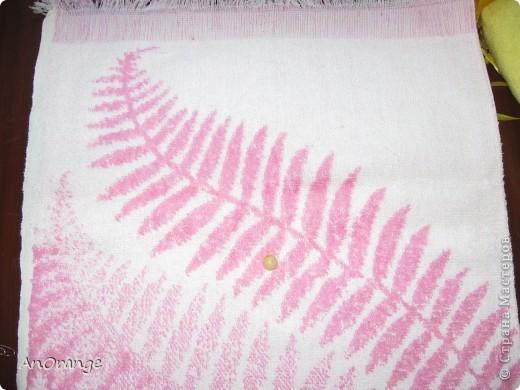 Предлагаю вашему вниманию один из способ упаковки подарочного полотенца. Такие зайцы могут пригодиться по любому поводу: день рождения, Пасха, а особенно в этот Новый год. Складывается просто, а оформить может каждый на свой вкус. Нам понадобятся: полотенце, нитки, ленты или резинки, булавки с цветными головками, резинки для волос, другие материалы для оформления. фото 12