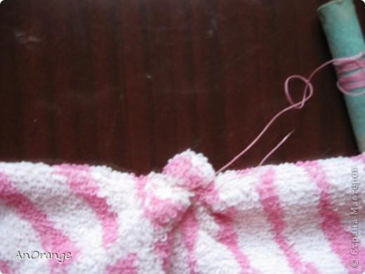 Предлагаю вашему вниманию один из способ упаковки подарочного полотенца. Такие зайцы могут пригодиться по любому поводу: день рождения, Пасха, а особенно в этот Новый год. Складывается просто, а оформить может каждый на свой вкус. Нам понадобятся: полотенце, нитки, ленты или резинки, булавки с цветными головками, резинки для волос, другие материалы для оформления. фото 13