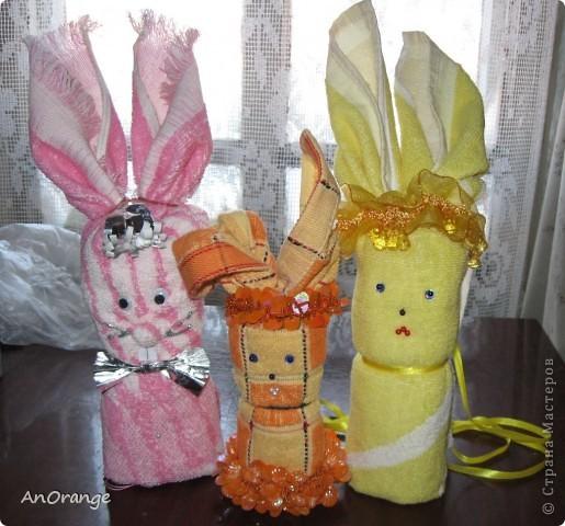 Предлагаю вашему вниманию один из способ упаковки подарочного полотенца. Такие зайцы могут пригодиться по любому поводу: день рождения, Пасха, а особенно в этот Новый год. Складывается просто, а оформить может каждый на свой вкус. Нам понадобятся: полотенце, нитки, ленты или резинки, булавки с цветными головками, резинки для волос, другие материалы для оформления. фото 1