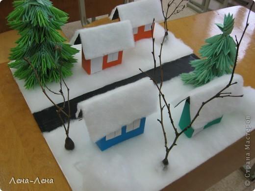 """К рождественской выставке дети выполнили такую работу, которую назвали """"В ожидании Рождества"""". Попытались показать свою деревню зимой, каждый сделал домик, но... места на плитке (основа-потолочная плитка) оказалось мало, поэтому домики оставили только лучшие. фото 9"""