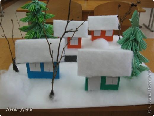 """К рождественской выставке дети выполнили такую работу, которую назвали """"В ожидании Рождества"""". Попытались показать свою деревню зимой, каждый сделал домик, но... места на плитке (основа-потолочная плитка) оказалось мало, поэтому домики оставили только лучшие. фото 8"""
