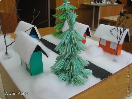 """К рождественской выставке дети выполнили такую работу, которую назвали """"В ожидании Рождества"""". Попытались показать свою деревню зимой, каждый сделал домик, но... места на плитке (основа-потолочная плитка) оказалось мало, поэтому домики оставили только лучшие. фото 7"""