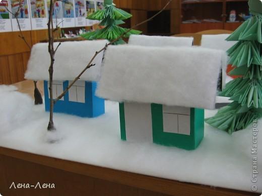 """К рождественской выставке дети выполнили такую работу, которую назвали """"В ожидании Рождества"""". Попытались показать свою деревню зимой, каждый сделал домик, но... места на плитке (основа-потолочная плитка) оказалось мало, поэтому домики оставили только лучшие. фото 6"""