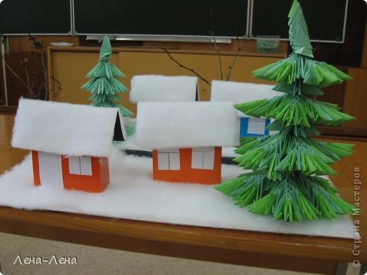 """К рождественской выставке дети выполнили такую работу, которую назвали """"В ожидании Рождества"""". Попытались показать свою деревню зимой, каждый сделал домик, но... места на плитке (основа-потолочная плитка) оказалось мало, поэтому домики оставили только лучшие. фото 5"""