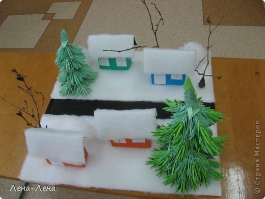 """К рождественской выставке дети выполнили такую работу, которую назвали """"В ожидании Рождества"""". Попытались показать свою деревню зимой, каждый сделал домик, но... места на плитке (основа-потолочная плитка) оказалось мало, поэтому домики оставили только лучшие. фото 4"""