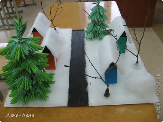 """К рождественской выставке дети выполнили такую работу, которую назвали """"В ожидании Рождества"""". Попытались показать свою деревню зимой, каждый сделал домик, но... места на плитке (основа-потолочная плитка) оказалось мало, поэтому домики оставили только лучшие. фото 3"""