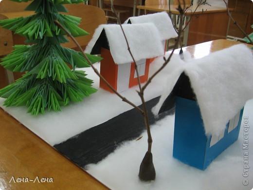 """К рождественской выставке дети выполнили такую работу, которую назвали """"В ожидании Рождества"""". Попытались показать свою деревню зимой, каждый сделал домик, но... места на плитке (основа-потолочная плитка) оказалось мало, поэтому домики оставили только лучшие. фото 2"""