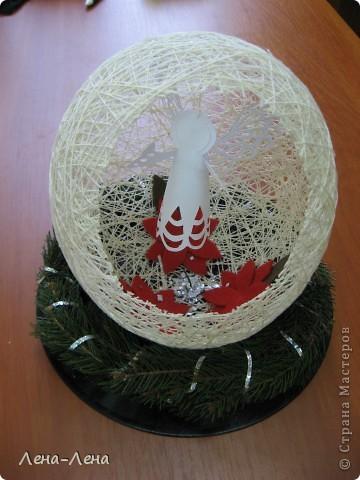 Такая композиция к рождественской выставке у меня получилась.На старой грампластинке венок из ели, на венке - шар-сфера из ниток, в котором прорезано круглое отверстие. А вот здесь шаблон ангелочка http://stranamasterov.ru/node/61109. Спасибо за ссылку o-olnika.  фото 7