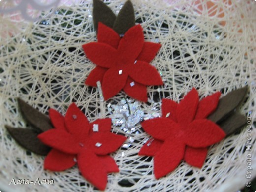 Такая композиция к рождественской выставке у меня получилась.На старой грампластинке венок из ели, на венке - шар-сфера из ниток, в котором прорезано круглое отверстие. А вот здесь шаблон ангелочка http://stranamasterov.ru/node/61109. Спасибо за ссылку o-olnika.  фото 6