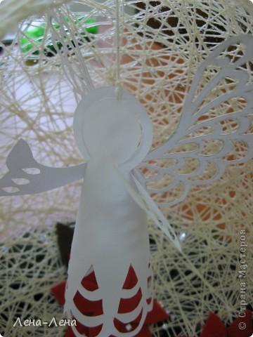 Такая композиция к рождественской выставке у меня получилась.На старой грампластинке венок из ели, на венке - шар-сфера из ниток, в котором прорезано круглое отверстие. А вот здесь шаблон ангелочка http://stranamasterov.ru/node/61109. Спасибо за ссылку o-olnika.  фото 5
