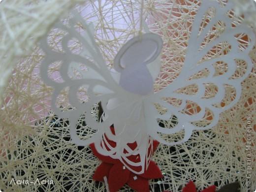 Такая композиция к рождественской выставке у меня получилась.На старой грампластинке венок из ели, на венке - шар-сфера из ниток, в котором прорезано круглое отверстие. А вот здесь шаблон ангелочка http://stranamasterov.ru/node/61109. Спасибо за ссылку o-olnika.  фото 4