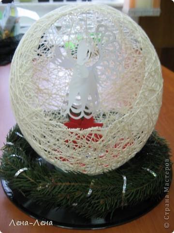 Такая композиция к рождественской выставке у меня получилась.На старой грампластинке венок из ели, на венке - шар-сфера из ниток, в котором прорезано круглое отверстие. А вот здесь шаблон ангелочка http://stranamasterov.ru/node/61109. Спасибо за ссылку o-olnika.  фото 2