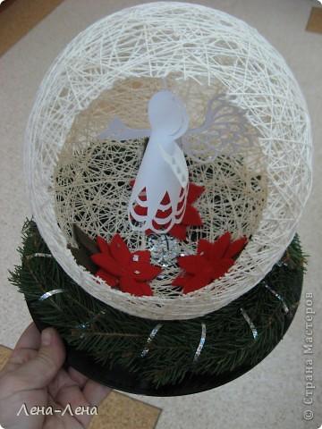 Такая композиция к рождественской выставке у меня получилась.На старой грампластинке венок из ели, на венке - шар-сфера из ниток, в котором прорезано круглое отверстие. А вот здесь шаблон ангелочка http://stranamasterov.ru/node/61109. Спасибо за ссылку o-olnika.  фото 1